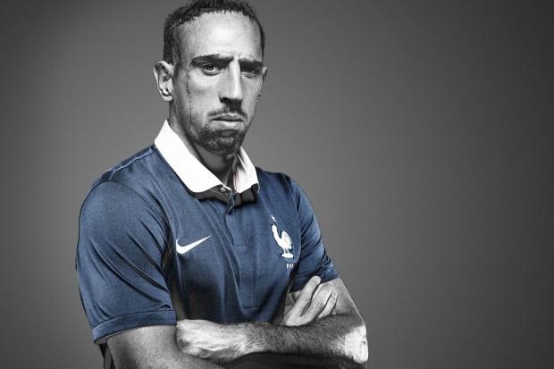 L quipe de france pose avec le nouveau maillot pour la coupe du monde 2014 au br sil mindthehype - Maillot equipe de france coupe du monde 2014 ...