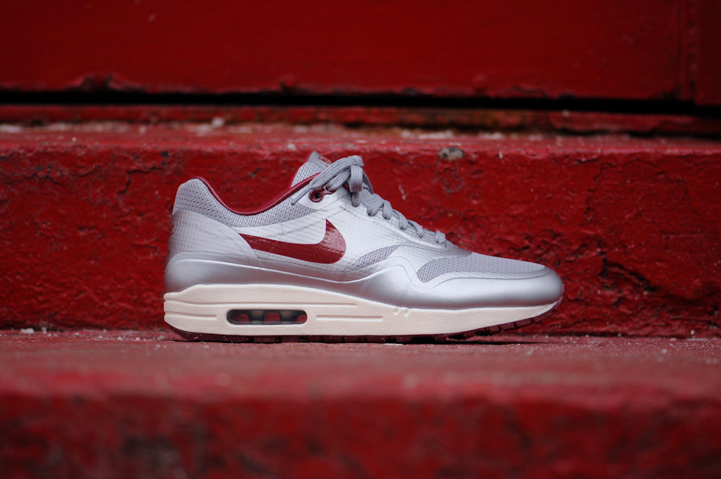 Nike Air Max Hyperfuse QS Night Track (Metallic Silver/Deep Red)-2